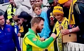 David Warner Gifts Young Fan His Man of the Match Award