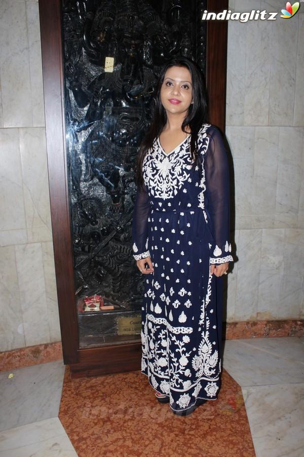 Soha Ali Khan & Swara Bhaskar at Exhibition of Mr Bharat Thakur Art Gallery
