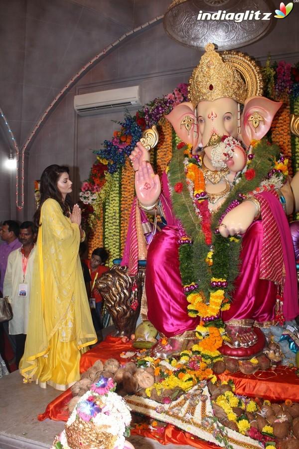 Urvashi Rautela Visits Andheri Cha Raja 2017