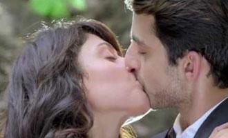 Watch Himansh Kohli & Manjari Fadnis's Hot Lip Locking
