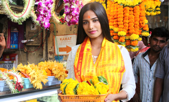 Poonam Pandey Visits Siddhivinayak Temple For Blessings