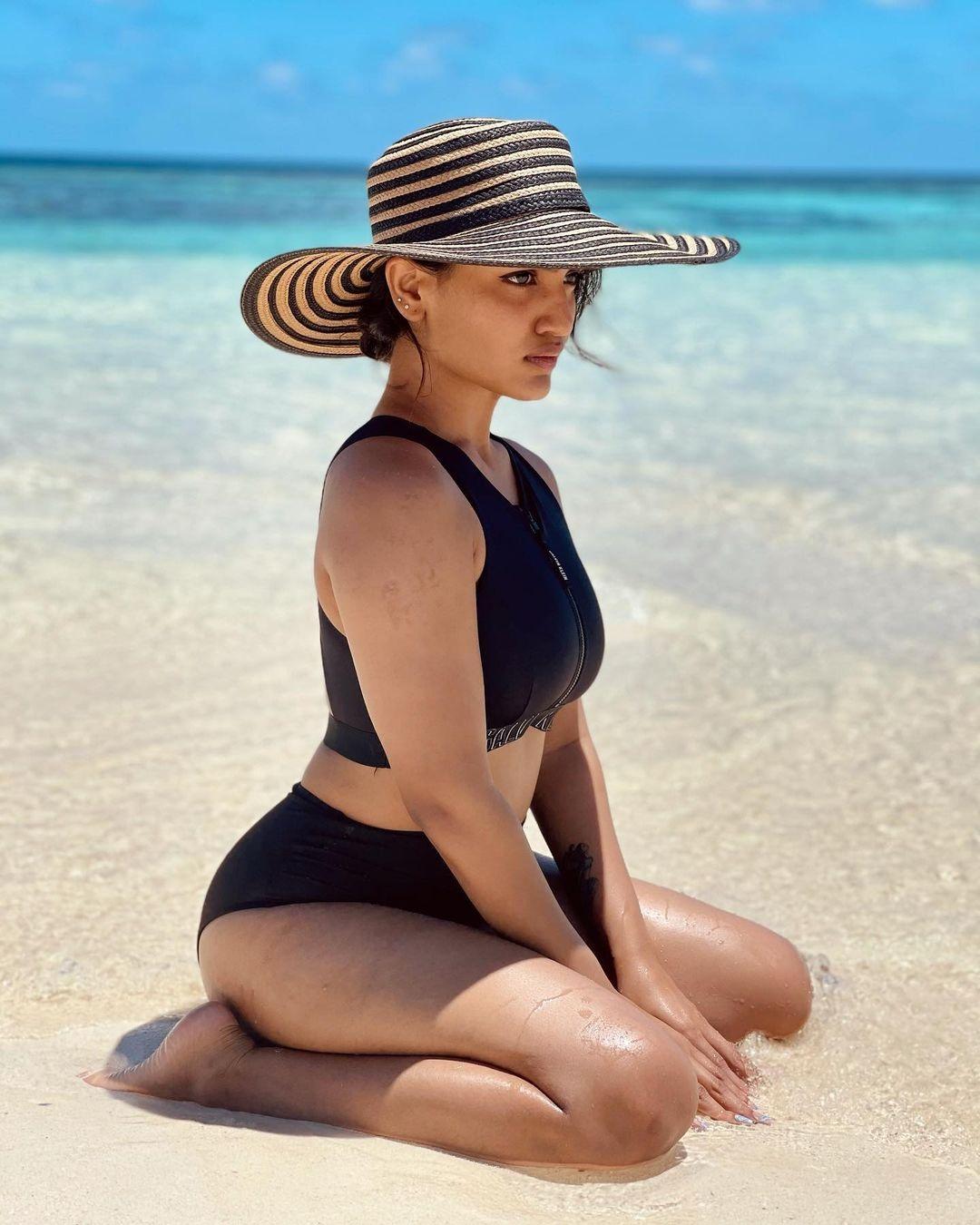 saniya iyappan hot bikini pics