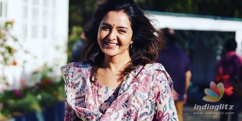 Manju Warrier plays veena for her daughter Meenakshi?