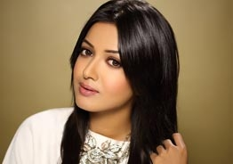 Catherine Tresa gets nostalgic and thanks fans on special day!