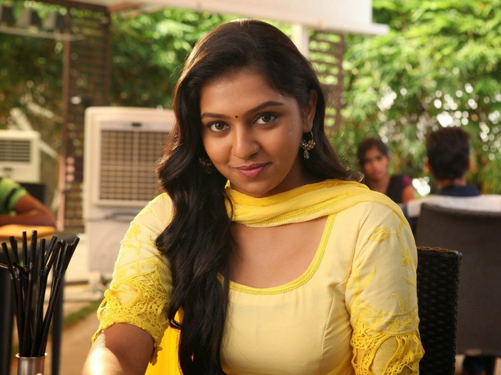 Famous young Tamil heroine to enter Bigg Boss 4!