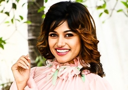 Is Oviya deeply in love finally? Intimate pics with alleged lover surface again