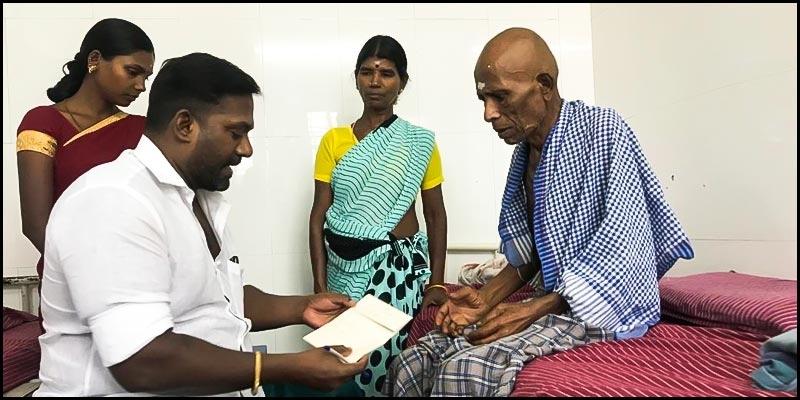Robo Shankar donates to cancer stricken actor Thavasi and motivates him to fight - Tamil News - IndiaGlitz.com