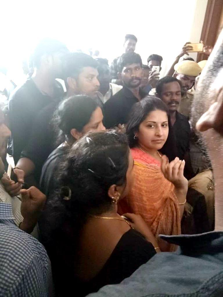 Thalapathy Vijay's wife pays homage to Karunanidhi - Tamil