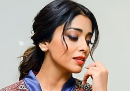 Actress Shriya held at gunpoint by London police ?