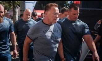 Arnold Schwarzenegger attacked from behind - Video