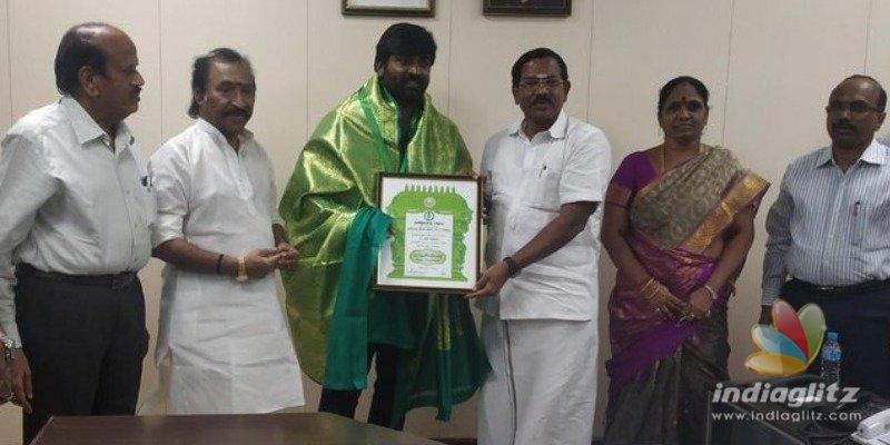 Vijay Sethupathi, Vijay Antony and other celebs recieve Kalaimamani Award