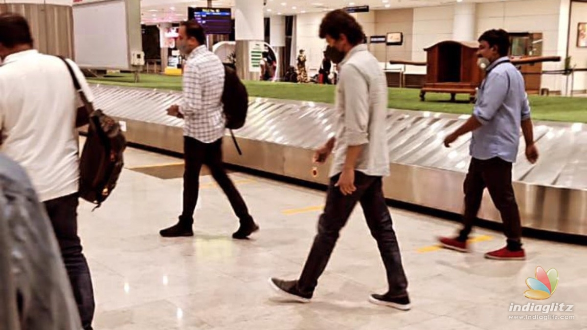 Thalapathy Vijay spotted in Delhi airport - Pictures inside