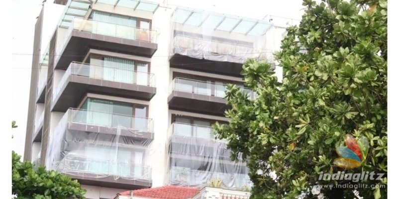 Shahrukh Khan covers house with plastic sheets, photos viral!