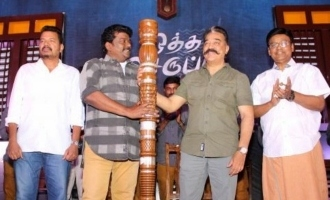 Parthiban presents symbol of Kings to Kamal Haasan
