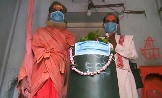 காற்று மாசால் கடவுளுக்கும் மாஸ்க் அணிவித்த பக்தர்கள்