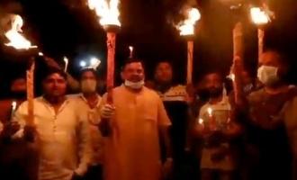 'கோபேக் சைனா வைரஸ்': தீப்பந்தம் ஏந்தி திடீரென கோஷம் போட்டதால் பரபரப்பு