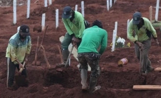 Anti maskers made to dig graves for coronavirus victims in Indonesia