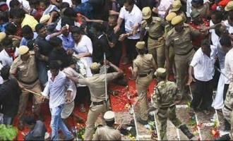 கட்டுக்கடங்காத கூட்டம்: போலீஸ் தடியடியால் இரண்டு பேர் பலி