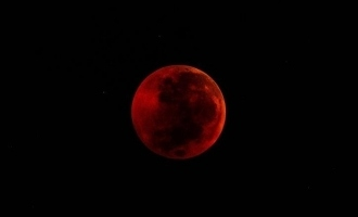 Blood Moon ஆகும் சந்திரன்… எப்போது? வெறும் கண்களால் பார்க்கலாமா?