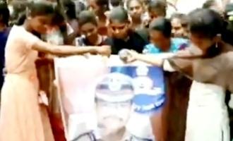என்கவுண்டர் போலீஸார் புகைப்படங்களுக்கு பாலாபிஷேகம் செய்யும் பெண்கள்