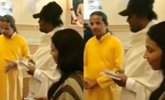 ரிஷிகேஷில் ரஜினிகாந்த் வாங்கிய புத்தகம்: வைரலாகும் வீடியோ