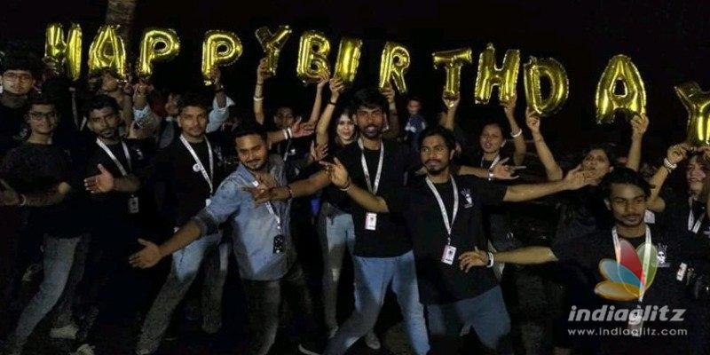 ஷாருக்கானின் 54வது பிறந்த நாள்: நள்ளிரவில் வீட்டில் குவிந்த ரசிகர்கள்!