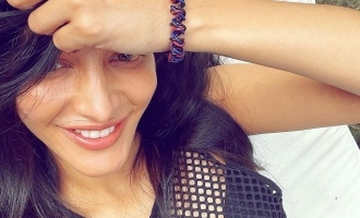 Shruti Haasan steals producer's lungi to pose for a hot bikini photo