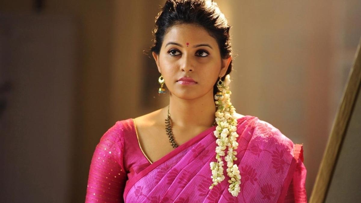 Actress Anjali stuns with her latest photos posing upside down – Tamil News
