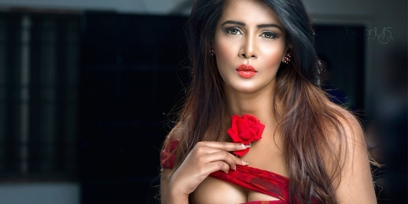 Meera Mitun posts hot dance video with a male friend in bedroom - Tamil News - IndiaGlitz.com