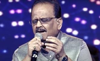 SP Balasubramaniam in Unakenna Mele Nindray song video