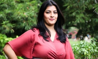 நடிகை வரலட்சுமியின் ஆச்சரியமளிக்கும் யோகா வீடியோ!
