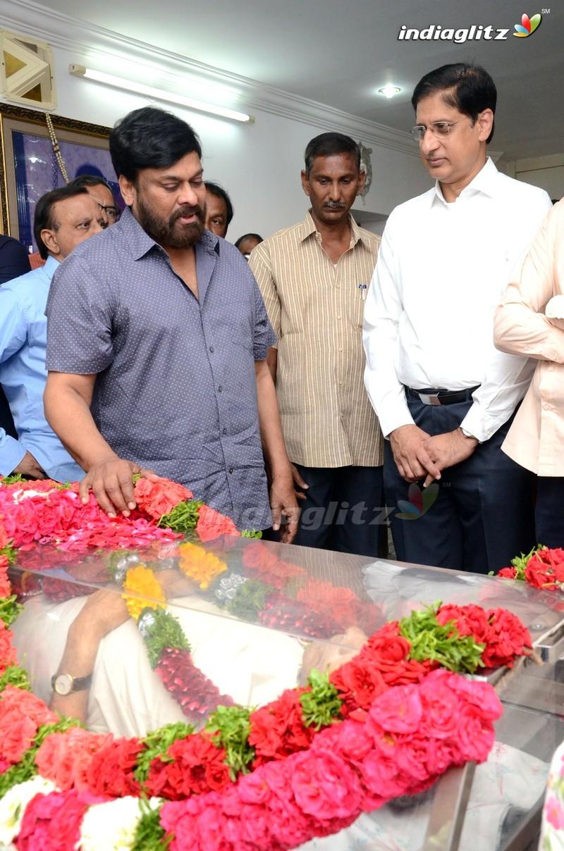 Chiranjeevi Pays Last Respect To Director Vijaya Bapineedu