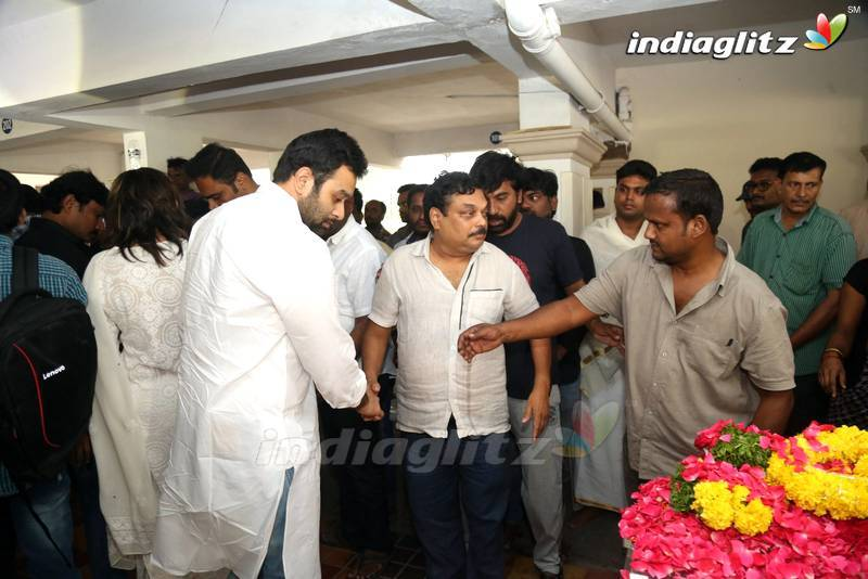 Celebs Pay homeage to Jaya B