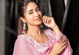 Nivetha Pethuraj loses cool as food parcel comes with a cockroach