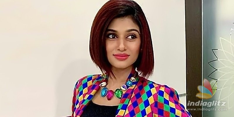 Your mom is item, Oviya tells troll