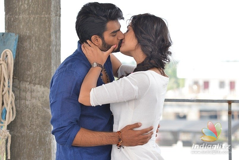 Kisses & lip-locks galore in RX100